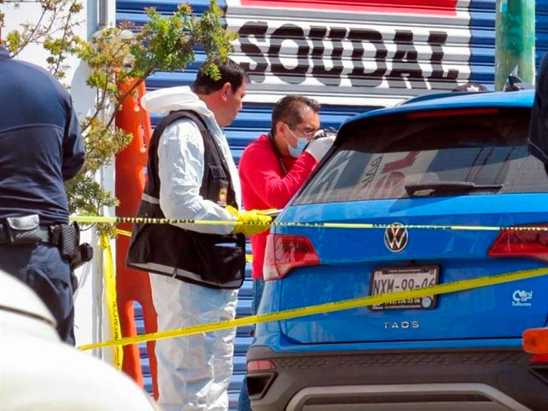 Hallan cuerpo dentro de un auto en Toluca