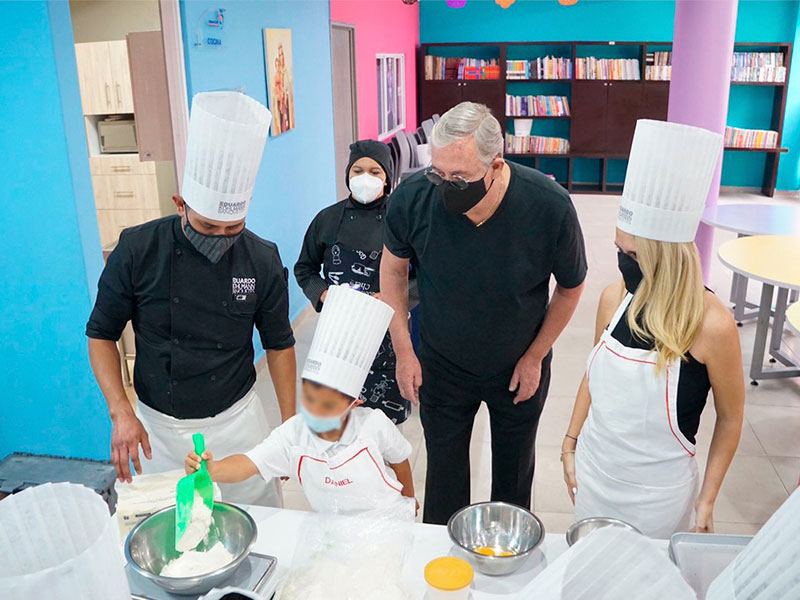 Eduardo Kohlmann enseña a hornear pan de muerto a niños de Huixquilucan